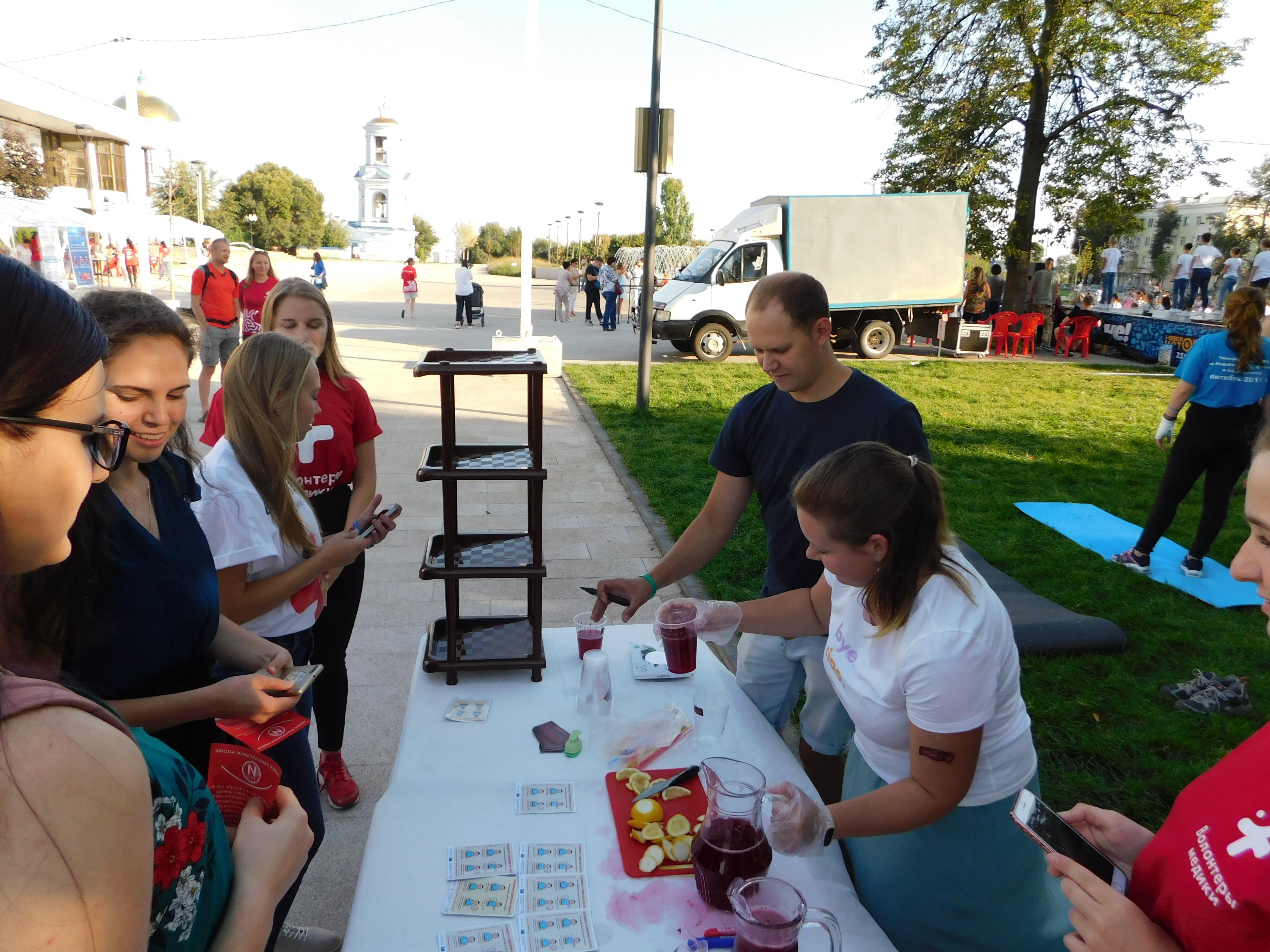 d39b16a8464a 100 гостей площадки получили «напиток за улыбку» от кофейни  «Замешательство».